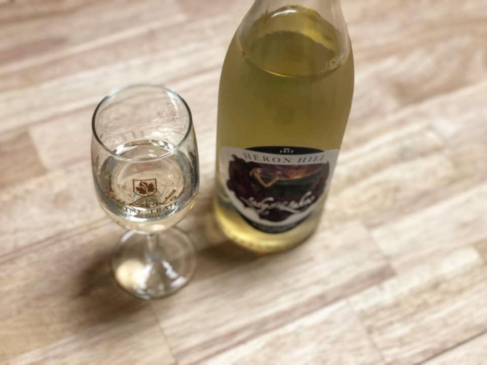 vignoble bouteille et verre de blanc du vignoble heron hill winery hammondsport new york états unis ulocal produits locaux achat local produits du terroir locavore touriste