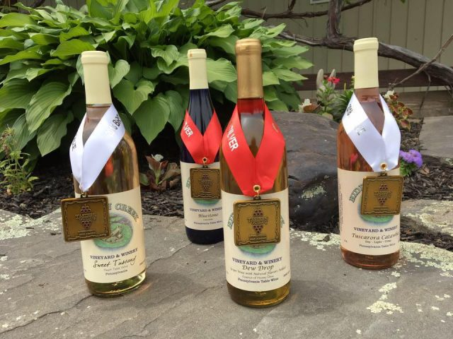 vignoble 4 bouteilles de vin primées du vignoble sur une table hidden creek vineyard and winery laceyville pennsylvanie états unis ulocal produits locaux achat local produits du terroir locavore touriste