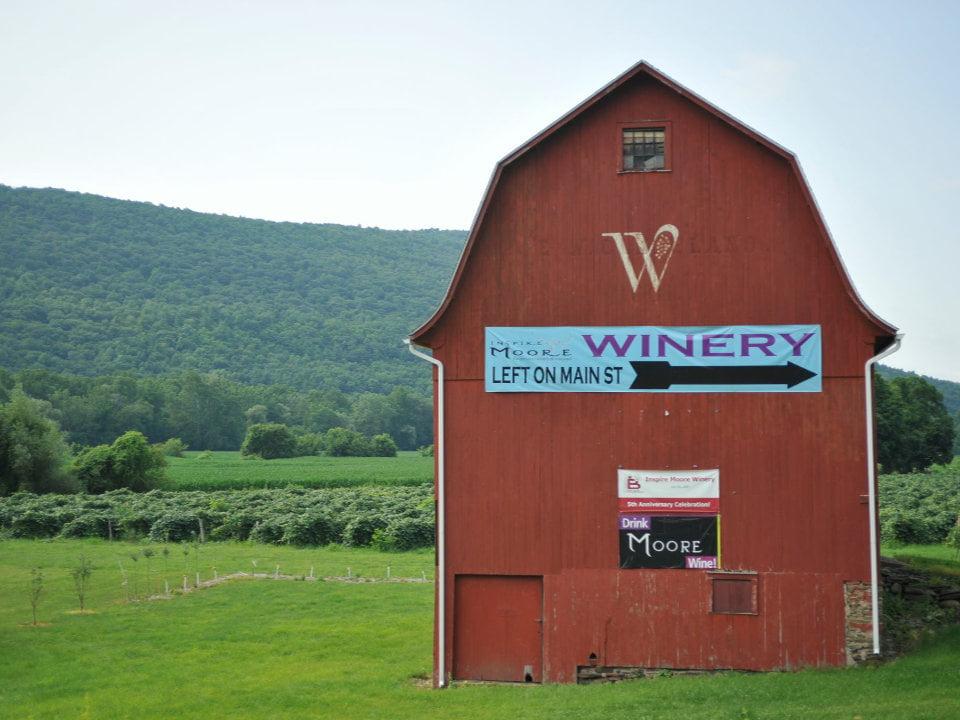 vignoble vieille grange avec des vignes autour inspire moore winery naples new york états unis ulocal produits locaux achat local produits du terroir locavore touriste