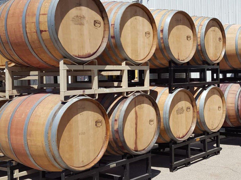 vignoble tonneaux de bois dans la cave leonard oakes estate winery medina new york états unis ulocal produits locaux achat local produits du terroir locavore touriste