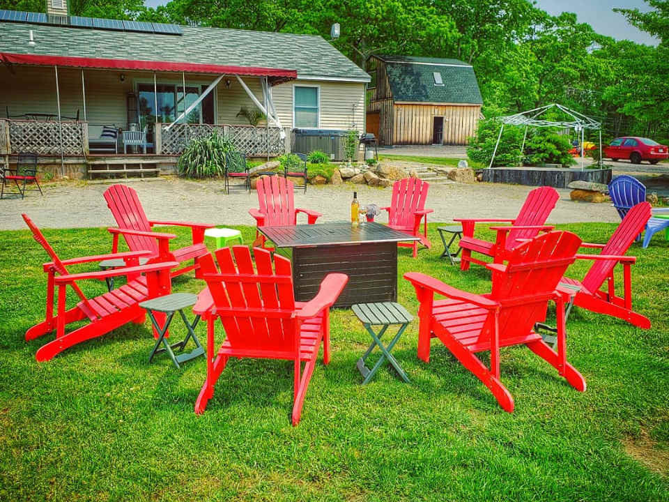 vignoble chaises rouges de patio autour d'un foyer et bâtiments du vignoble leyden farm vineyard and winery west greenwich rhode island états unis ulocal produits locaux achat local produits du terroir locavore touriste