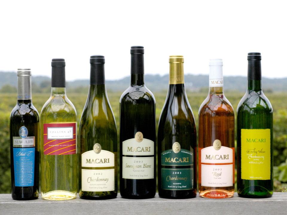 vignoble assortiment de bouteilles de vin avec vue du vignoble macari vineyards mattituck new york états unis ulocal produits locaux achat local produits du terroir locavore touriste