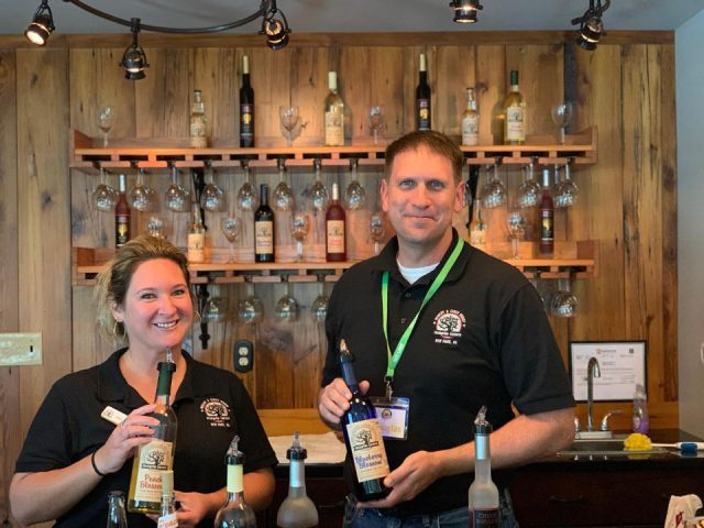 vignoble abby et doug sont prêts avec bouteille à la main au bar de dégustation maple lawn winery and cider house new park pennsylvanie états unis ulocal produits locaux achat local produits du terroir locavore touriste