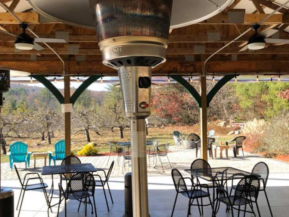 vignoble patio couvert avec tables et chaises pour profiter du domaine des vergers et du vin mineral hills winery florence massachusetts états unis ulocal produits locaux achat local produits du terroir locavore touriste
