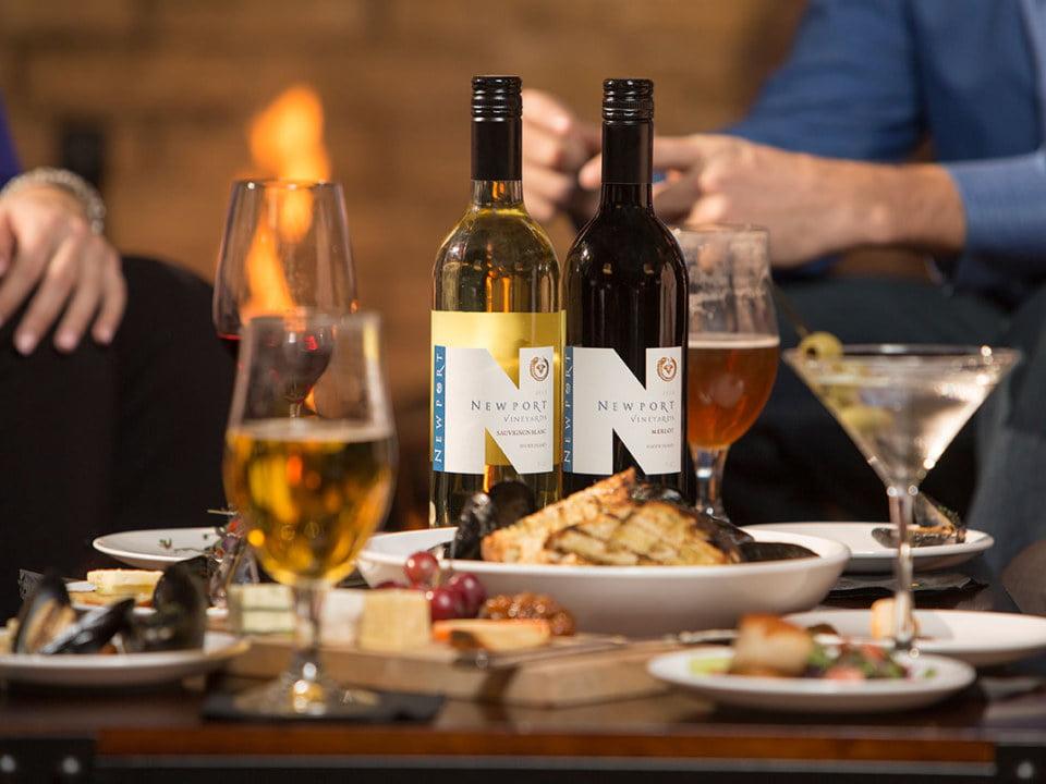 vignoble belle table avec assiette d'aliments locaux et bouteilles de vin newport vineyards middletown rhode island états unis ulocal produits locaux achat local produits du terroir locavore tourisme