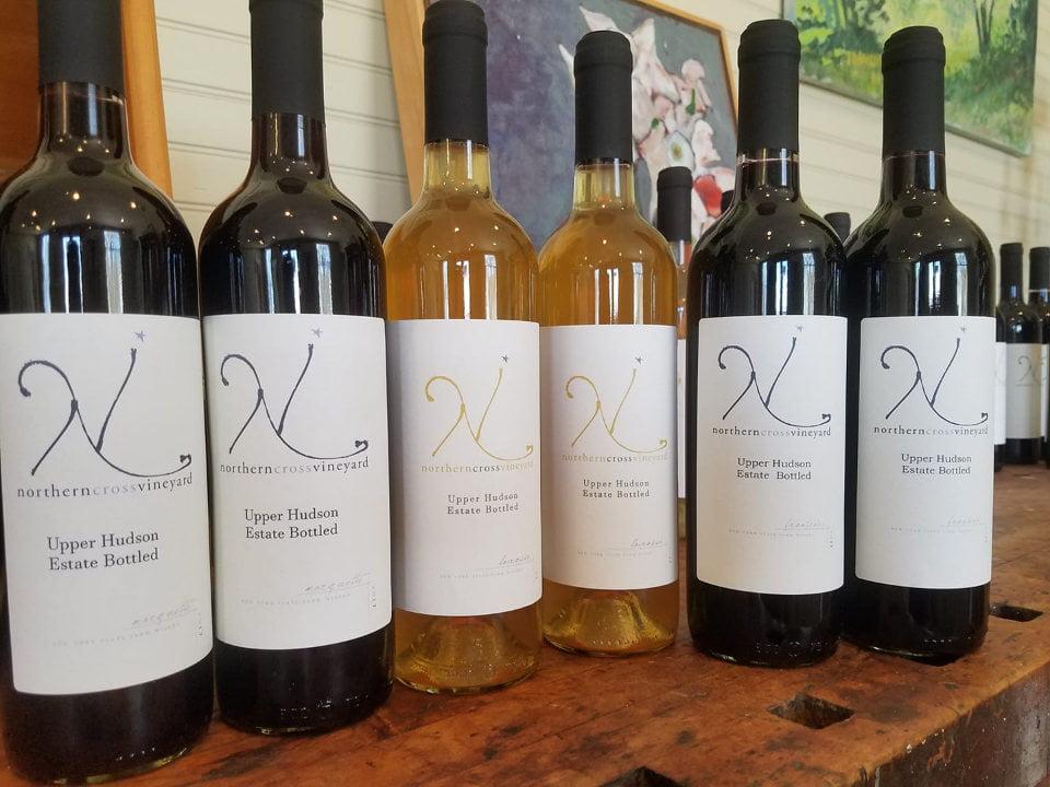 vignoble assortiment de bouteilles de vin du vignoble northern cross vineyard valley falls new york états unis ulocal produits locaux achat local produits du terroir locavore touriste