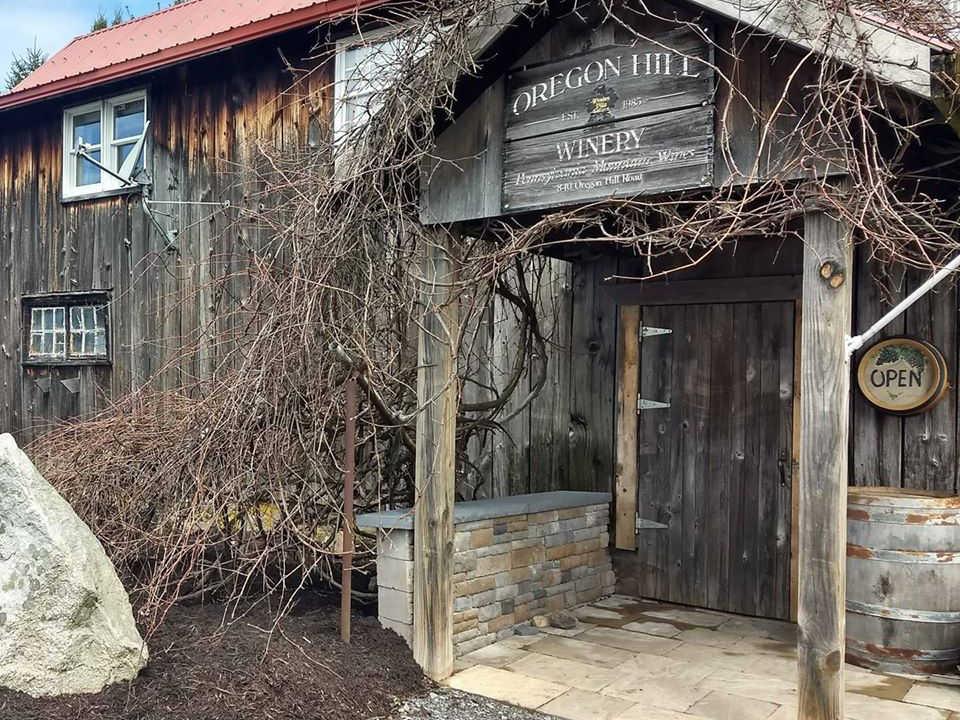 vignoble bâtisse en vieux bois de grange gris et vignes avec enseigne au dessus de la porte oregon hill winery morris pennsylvanie états unis ulocal produits locaux achat local produits du terroir locavore touriste