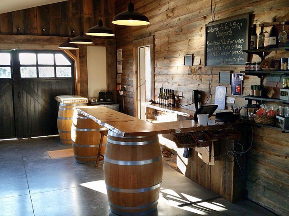 vignoble salle de dégustation avec bar sur tonneaux de bois pailshop vineyards fly creek new york états unis ulocal produits locaux achat local produits du terroir locavore touriste