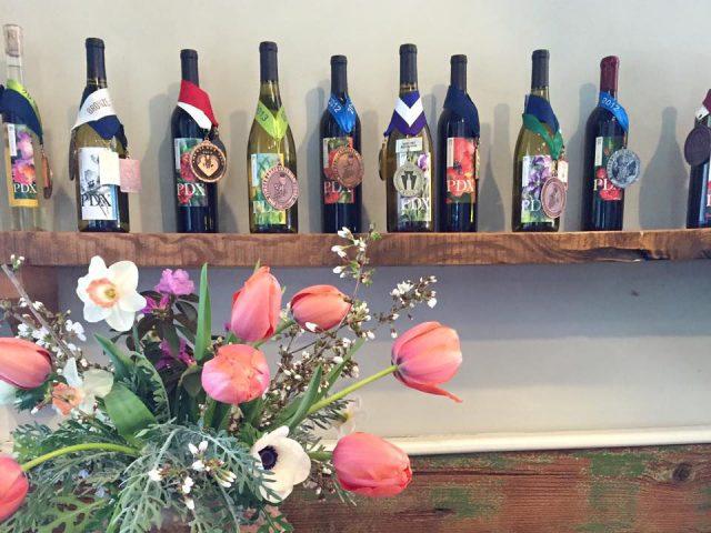 vignoble assortiment de bouteilles de vin primées du vignoble sur une tablette paradocx vineyard landenberg pennsylvanie états unis ulocal produits locaux achat local produits du terroir locavore touriste