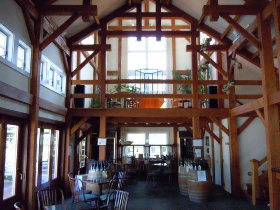 vignoble intérieur de la salle de dégustation avec un toit cathédrale et table avec tonneaux pellegrini vineyards cutchogue new york états unis ulocal produits locaux achat local produits du terroir locavore touriste