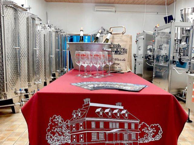 vignoble intérieur de la salle de production du vin avec table de dégustation entouré de réservoirs en acier inoxydable penns woods winery chadds ford pennsylvanie états unis ulocal produits locaux achat local produits du terroir locavore touriste