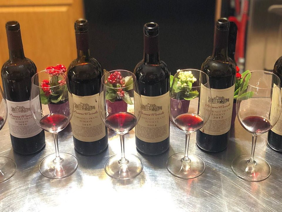 vignoble bouteilles de cabernet sauvignon d'années différentes prêtes à être dégustées sur une table penns woods winery chadds ford pennsylvanie états unis ulocal produits locaux achat local produits du terroir locavore touriste
