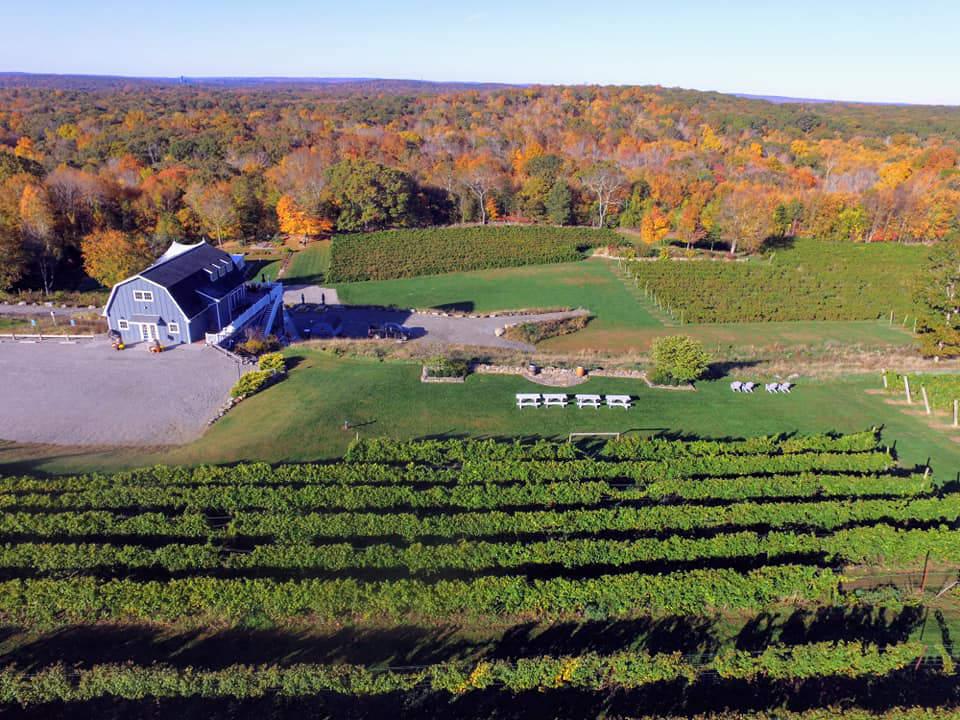 vignoble vue aérienne du domaine avec ses bâtiments et vignoble preston ridge vineyard preston connecticut états unis ulocal produits locaux achat local produits du terroir locavore touriste