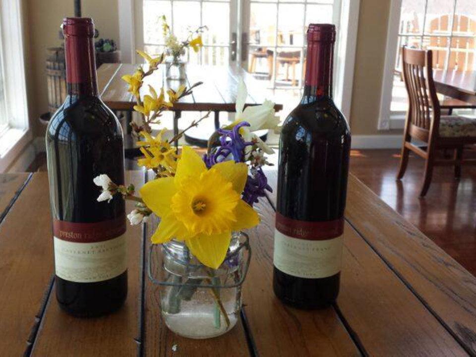 vignoble 2 bouteilles de vin avec pot de fleurs sur une table dans la salle de dégustation preston ridge vineyard preston connecticut états unis ulocal produits locaux achat local produits du terroir locavore touriste
