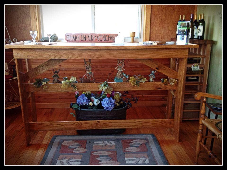 vignoble table en bois d'accueil et présentoir de vin dans le coin droit quabbin sky vineyard new salem massachusetts états unis ulocal produits locaux achat local produits du terroir locavore touriste