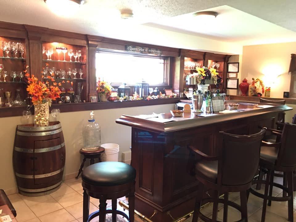 vignoble salle de dégustation avec boiseries queen bee vineyard monson massachusetts états unis ulocal produits locaux achat local produits du terroir locavore touriste