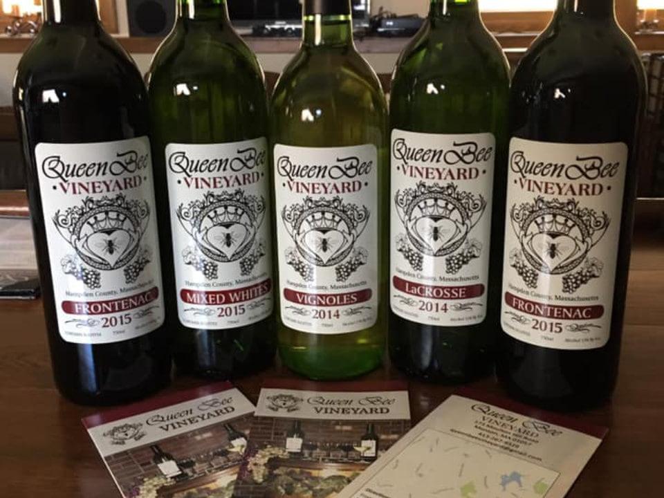 vignoble bouteilles de vin du vignoble queen bee vineyard monson massachusetts états unis ulocal produits locaux achat local produits du terroir locavore touriste