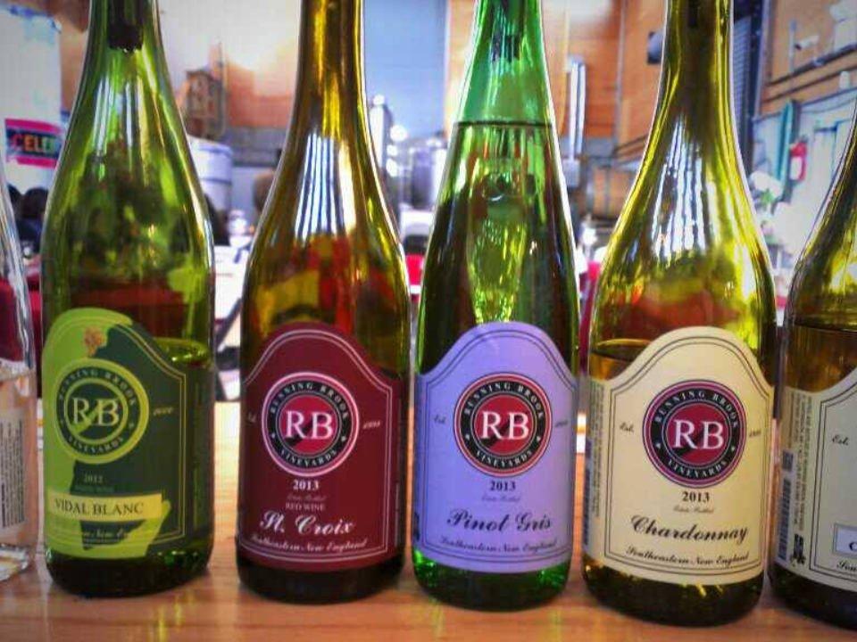 vignoble assortiment de bouteilles de vin du vignoble running brook vineyard and winery dartmouth massachusetts états unis ulocal produits locaux achat local produits du terroir locavore touriste