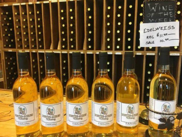 vignoble assortiment de bouteilles de vin du vignoble avec un présentoir avec vin dans un rack en bois au mur rustic acres winery butler pennsylvanie états unis ulocal produits locaux achat local produits du terroir locavore touriste