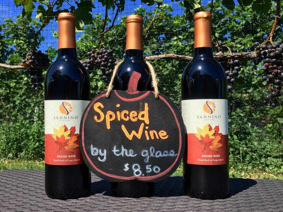 vignoble 3 bouteilles de vin rouge sur une table à l'extérieur pour dégustation de vin au verre sannino vineyard cutchogue new york états unis ulocal produits locaux achat local produits du terroir locavore touriste