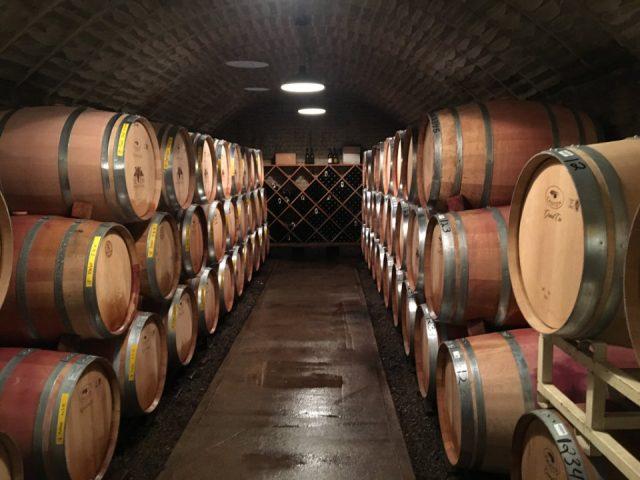 vignoble cave à vin remplie de tonneaux de bois seven mountains wine cellars spring mills pennsylvanie états unis ulocal produits locaux achat local produits du terroir locavore touriste