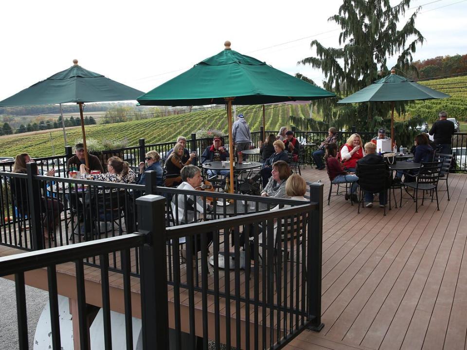 vignoble terrasse qui surplombe les vignes avec gens assis aux tables shade mountain winery and vineyards middleburg pennsylvanie états unis ulocal produits locaux achat local produits du terroir locavore touriste