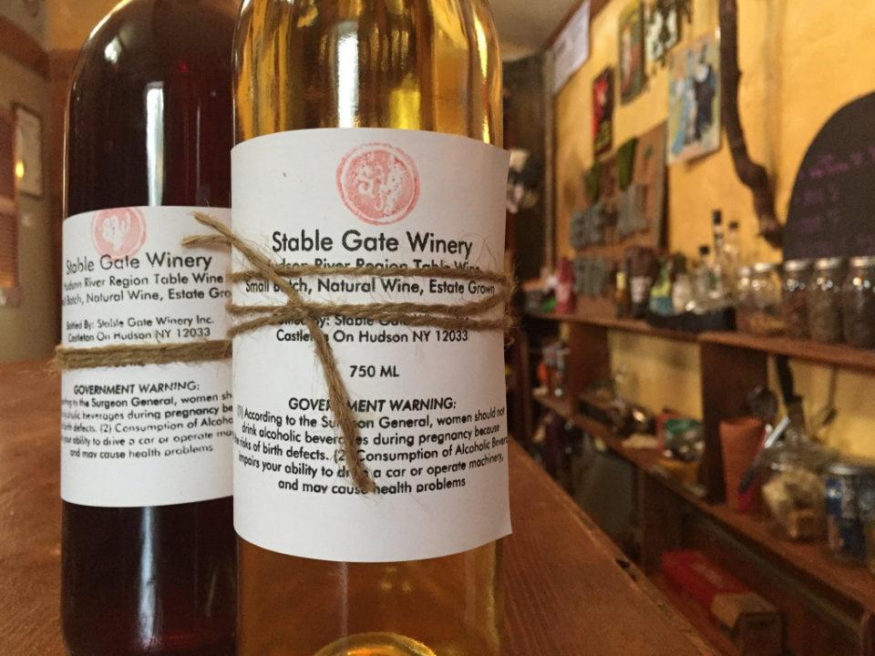 vignoble 2 bouteilles de vin du vignoble sur le bar stable gate winery castleton-on-hudson new york états unis ulocal produits locaux achat local produits du terroir locavore touriste