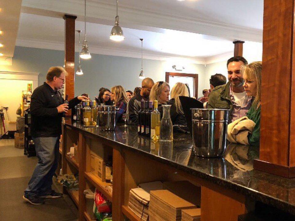 vignoble salle de dégustation avec clients au bar avec le représentant stoutridge vineyard marlboro new york états unis ulocal produits locaux achat local produits du terroir locavore touriste