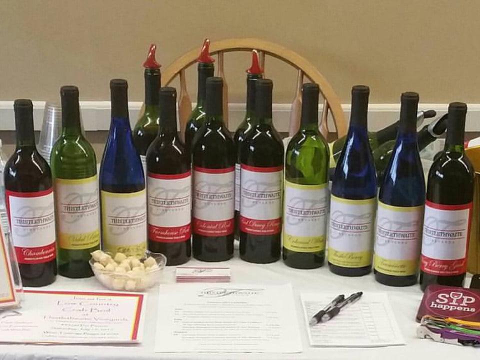 vignoble assortiment de vin du vignoble sur une table thistlethwaite vineyards jefferson pennsylvanie états unis ulocal produits locaux achat local produits du terroir locavore touriste
