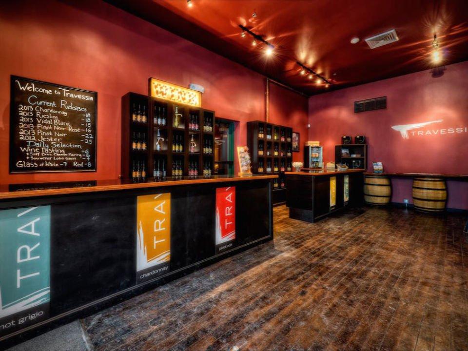 vignoble intérieur de la boutique urbaine chaleureuse et grand bar de dégustation travessia winery new bedford massachusetts états unis ulocal produits locaux achat local produits du terroir locavore touriste