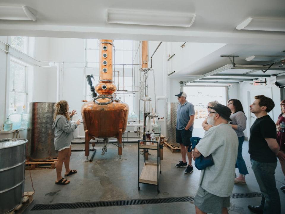 vignoble gens qui font une visite guidée de la distillerie truro vineyards north truro massachusetts états unis ulocal produits locaux achat local produits du terroir locavore touriste
