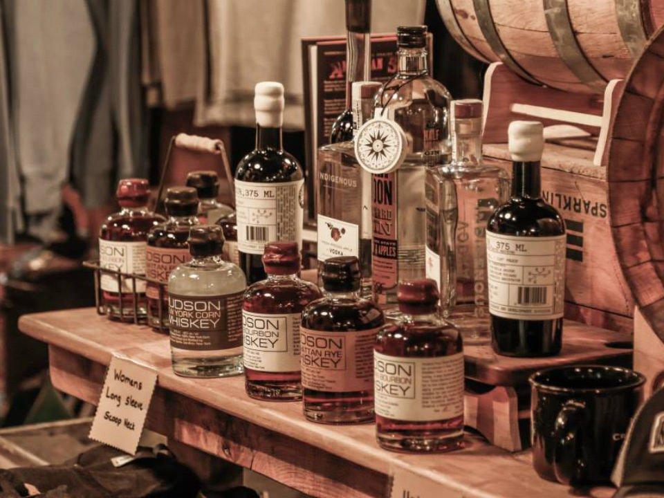 alcool assortiment de bouteilles de spiritueux sur une table tuthilltown distillery gardiner new york états unis ulocal produits locaux achat local produits du terroir locavore touriste