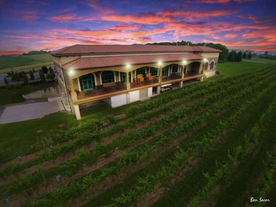 vignoble villa style italienne de l'extérieur avec les vignes autour avec un ciel multicolor ventosa vineyards geneva new york états unis ulocal produits locaux achat local produits du terroir locavore touriste
