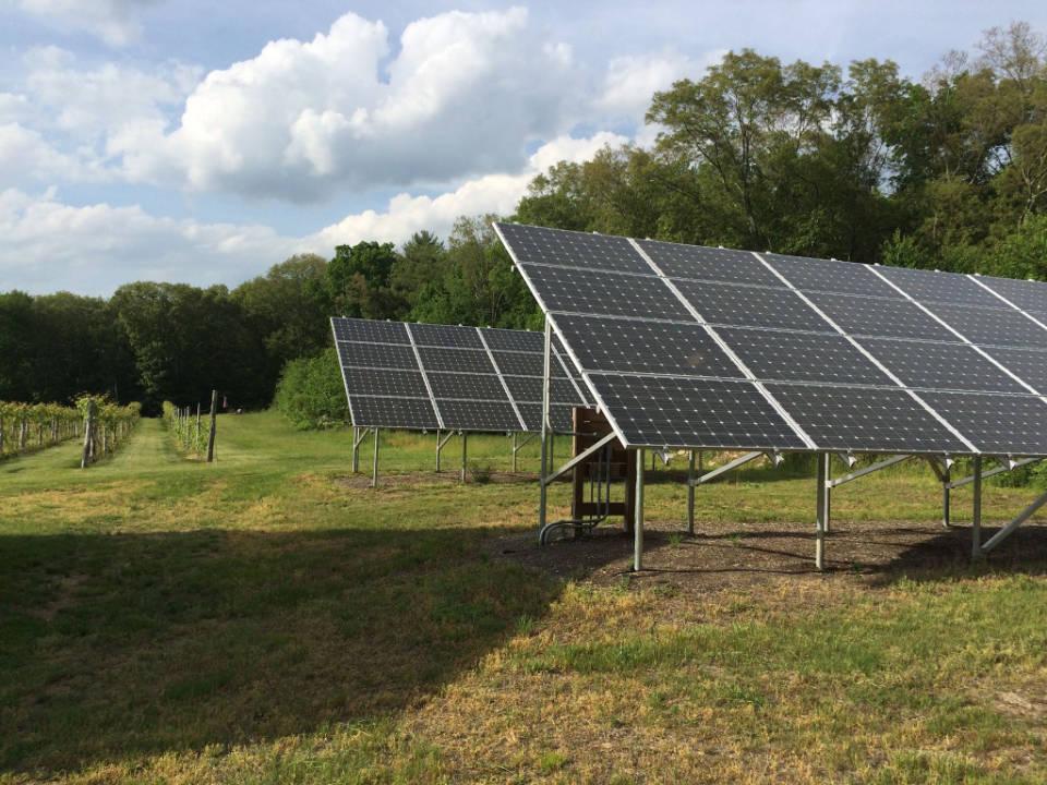vignoble grands panneaux solaires dans le vignoble verde vineyards johnston rhode island états unis ulocal produits locaux achat local produits du terroir locavore touriste