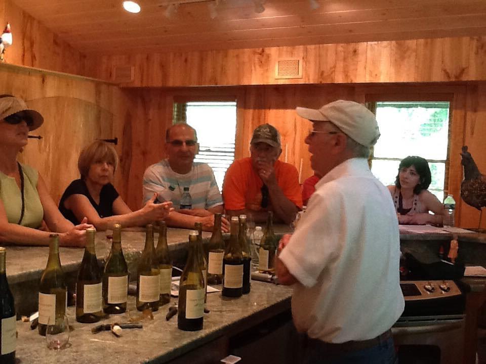 vignoble clients au bar de dégustation et employé avec vins du vignoble verde vineyards johnston rhode island états unis ulocal produits locaux achat local produits du terroir locavore touriste