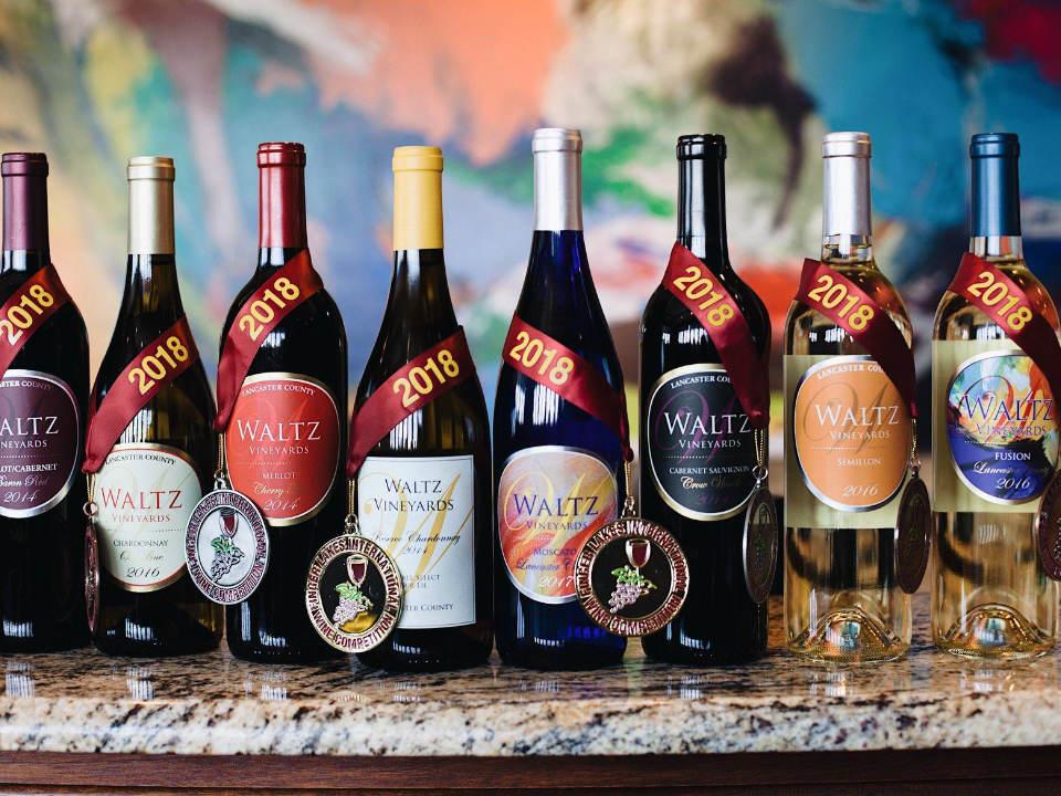 vignoble assortiment de bouteilles de vin primées du vignoble waltz vineyards estate winery manheim pennsylvanie états unis ulocal produits locaux achat local produits du terroir locavore touriste