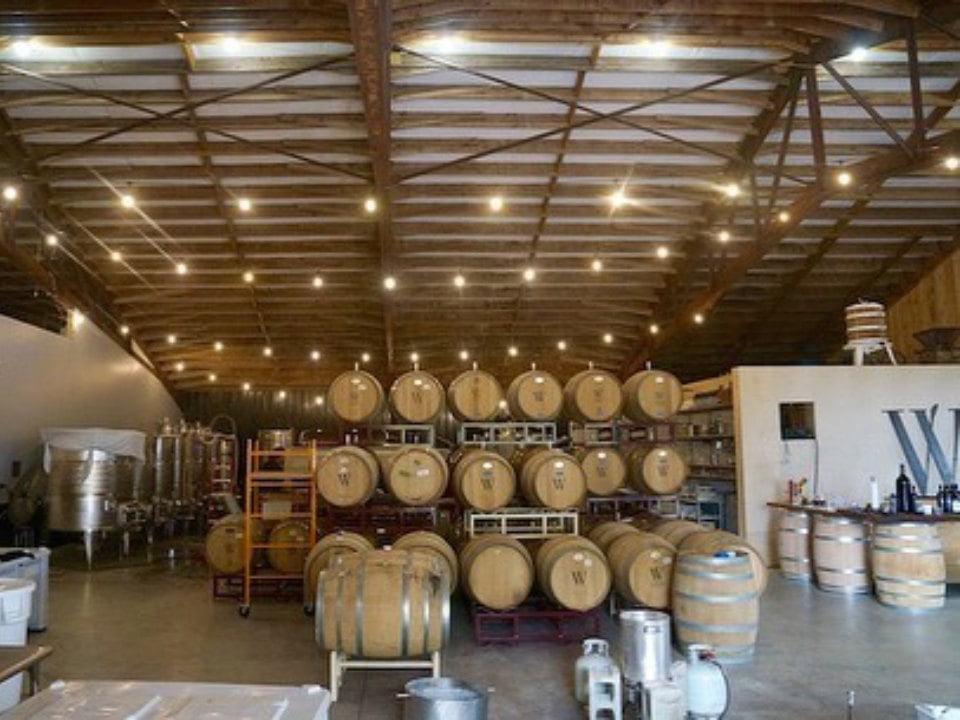 vignoble usine de production du vin avec la cave remplie de tonneaux wayvine winery and vineyard nottingham pennsylvanie états unis ulocal produits locaux achat local produits du terroir locavore touriste