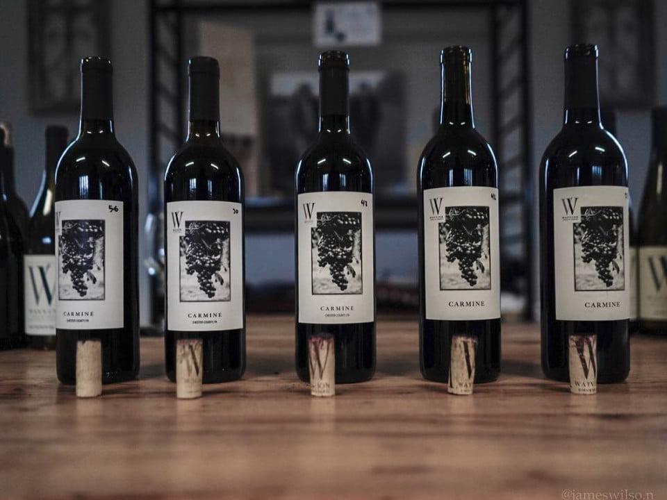 vignoble bouteilles de vin avec bouchons de liège sur une table wayvine winery and vineyard nottingham pennsylvanie états unis ulocal produits locaux achat local produits du terroir locavore touriste