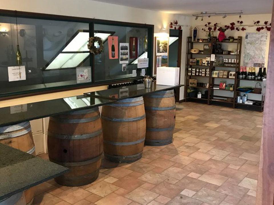 vignoble salle de dégustation avec étagère de vin et bar sur tonneaux de bois whitecliff vineyard and winery gardiner new york états unis ulocal produits locaux achat local produits du terroir locavore touriste