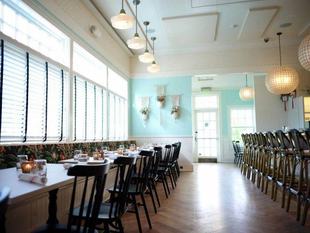 restaurant intérieur du restaurant avec longue rangée de tables et bar avec bancs wolffer kitchen amagansett amagansett new york états unis ulocal produits locaux achat local produits du terroir locavore touriste