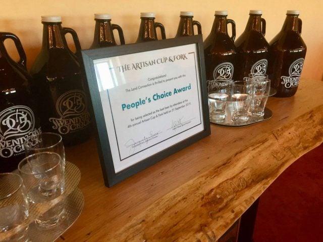 microbrasserie verres et bouteilles de bière primées par le choix du publique 25 oclock brewing company urbana illinois états unis ulocal produits locaux achat local produits du terroir locavore touriste