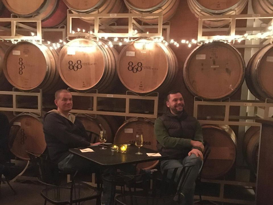 vignoble 2 clients avec verre de vin assis à une table dans la salle des tonneaux 868 estate vineyards purcellville virginie états unis ulocal produits locaux achat local produits du terroir locavore touriste