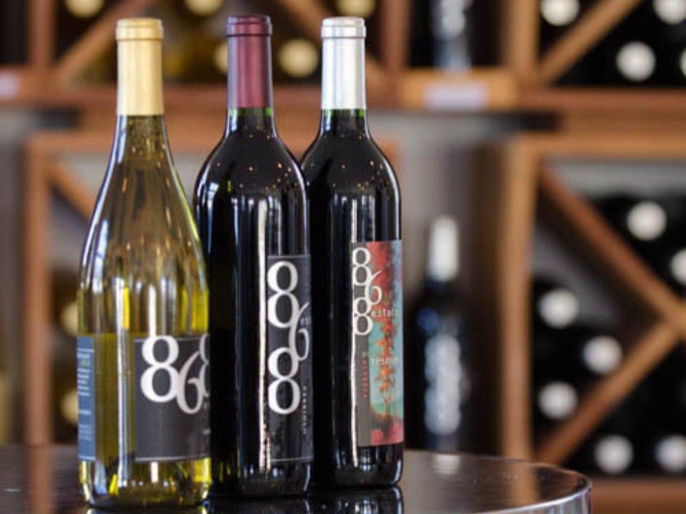 vignoble 3 bouteilles de vin sur une table avec présentoir de vin en arrière plan 868 estate vineyards purcellville virginie états unis ulocal produits locaux achat local produits du terroir locavore touriste
