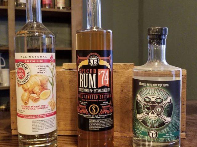 alcool bouteilles de spiced rum vodka et gin sur le bar old towne distillery stoystown pennsylvanie états unis ulocal produits locaux achat local produits du terroir locavore touriste