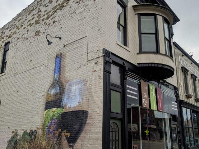 vignoble bâtiment en brique avec graffiti d'une bouteille de vin sur le côté et façade de la vinerie prairie state winery genoa illinois états unis ulocal produits locaux achat local produits du terroir locavore touriste