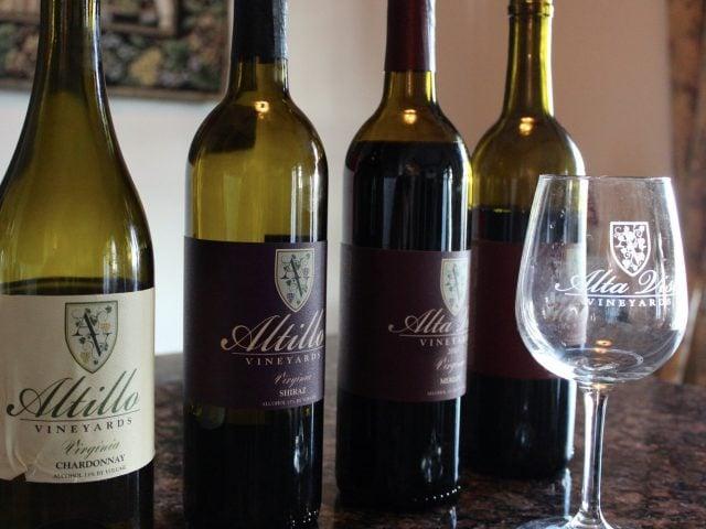 vignoble 4 bouteilles et un verre de vin du vignoble pour dégustations altillo vineyards hurt virginie états unis ulocal produits locaux achat local produits du terroir locavore touriste