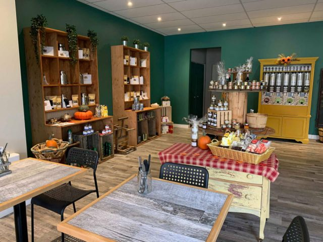 specialty grocery store tables and chairs with grocery space with display of local products aromates et saveurs marieville quebec canada ulocal local products local purchase local produce locavore tourist