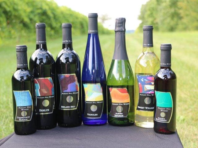 vignoble assortiment de bouteilles de vin du vignoble sur une table à l'extérieur august hill winery north utica illinois états unis ulocal produits locaux achat local produits du terroir locavore touriste