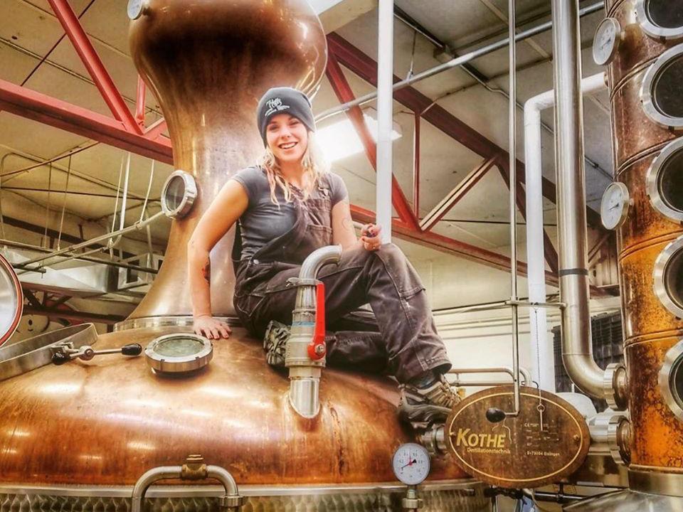 alcool employée assise sur un énorme alambic en cuivre blaum bros distilling co galena illinois états unis ulocal produits locaux achat local produits du terroir locavore touriste