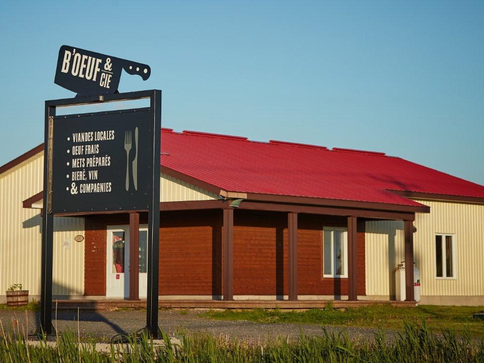 épicerie spécialisée enseigne extérieure et bâtisse beige avec toit rouge boeuf et cie la ferme d alex marieville quebec canada ulocal produits locaux achat local produits du terroir locavore touriste